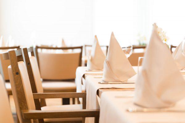 Hotel Höfli Altdorf: gedeckte Tische im Saal Bijou