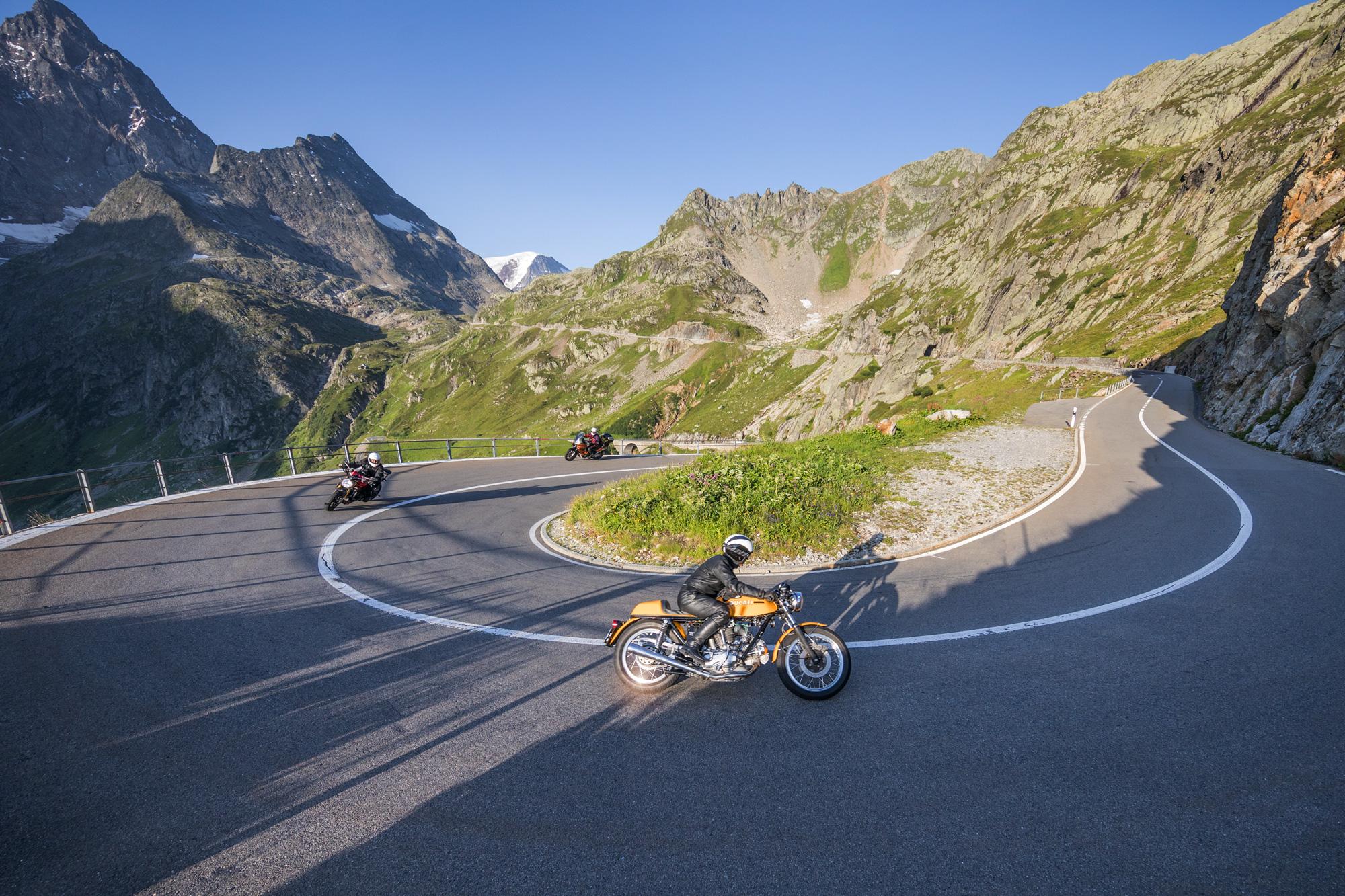 Biker in einer Kurve auf Pässefahrt Richtung Sustenpass